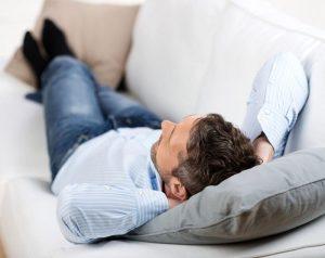 Сон на диване